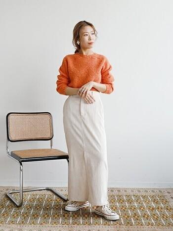 明るいオレンジニットは寒い日にも気分を明るくしてくれる元気カラー。白いボトムスを合わせることで、ニットの重たさを感じさせない軽やかなコーディネートに。「秋冬も明るい色を着たい!」そんな方はぜひ挑戦してみてくださいね。