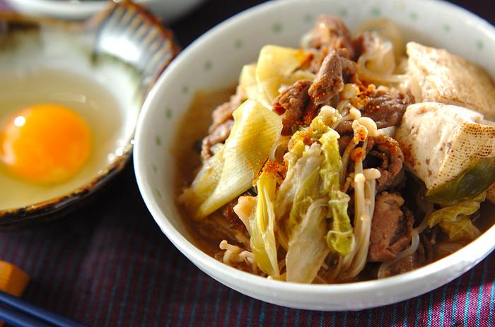 たとえば一人暮らしの方や、家族の食事時間がバラバラの場合などは、すき焼きよりもすき焼き風の煮物の方が便利かもしれませんね。肉も野菜もたっぷりのバランスのいいすき焼き風煮物も、タレがあれば簡単です。
