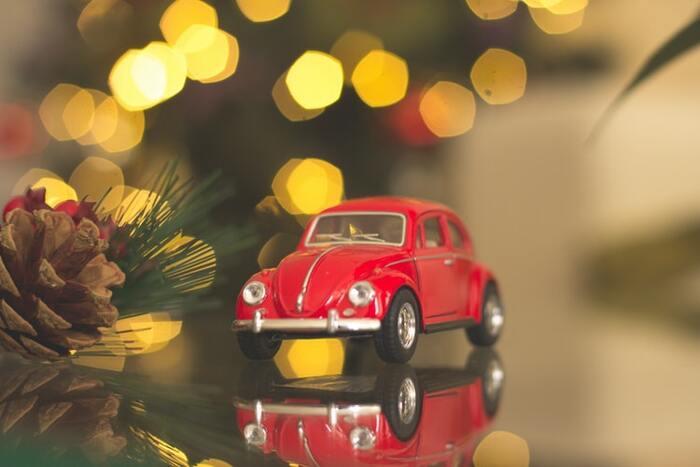 パリでクリスマスを過ごす予定の家族が、飛行機に乗り込んだ後に気づいた忘れ物は...8歳の末っ子ケビン。大慌てでさまざまな手続きをするママの存在も知らず、ケビンは悠々とひとりきりのクリスマスを過ごします。しかし自由なその暮らしに泥棒2人がやってきて、クリスマスは大騒ぎに...