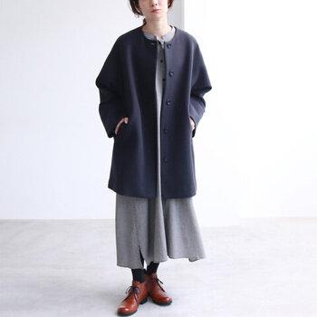 上質なウールのノーカラーコートにシンプルなワンピースを合わせたコーデ。シルエットの美しさが際立って、おしゃれにキマります。足元もかっちりとした靴を合わせて、クラシカルな雰囲気にまとめると素敵です。