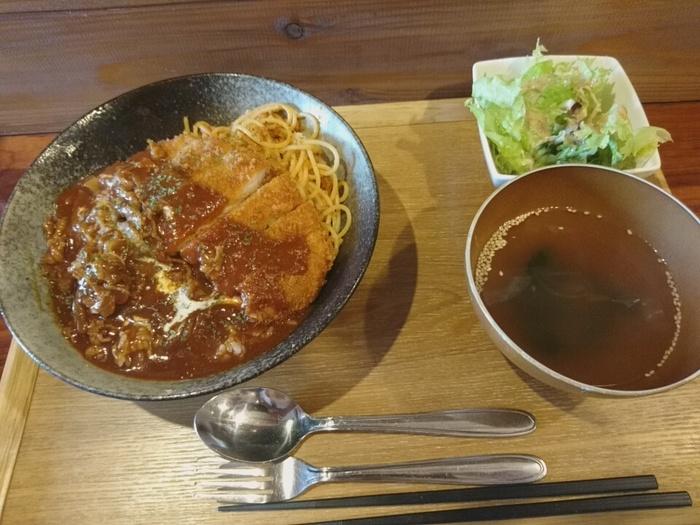 長崎出身のオーナーご夫妻が作る、ご当地グルメ「ハヤシトルコライス」も人気。とんかつとパスタにハヤシライスのソースがかかったボリューム満点のひと品です。