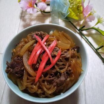 ボリュームや栄養もたっぷりの牛丼も、すき焼きのタレで簡単調理。玉ねぎやしらたきを多めに入れれば、意外と低カロリーに抑えられそう。