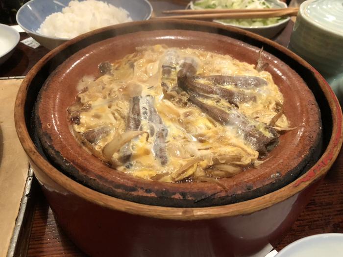 卵でとじた「柳川鍋」もどじょう料理を代表するひと品です。ふっくらと煮えたどじょうとごぼうの香り、ふんわり卵を一緒に頬張ると、思わず笑みがこぼれるおいしさ。