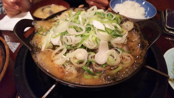 古くから栄養があると重宝されてきたどじょう。たっぷりのネギやごぼうと一緒に煮こむ「どぜう鍋」は、くさみがなく初めての方でも食べやすいですよ。お好みで、「浅草やげん堀」の七味と山椒をかけて風味をプラスしてみてくださいね。