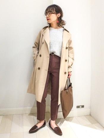 トレンチ×テーパードパンツの組み合わせは、ハンサムかつ女性らしい印象を演出するコーディネート。きちんとした装いになるので、お仕事シーンでも活躍してくれそうです。ブラウンでまとめると、どこか優し気な雰囲気になりますね。