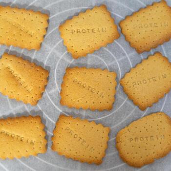 小麦粉を使っていないのに、まるで普通のクッキーのようにも見えるプロテインクッキー。プロテインとアーモンドプードルで作ったサクサク食感のサブレ風クッキーです。  型ぬきもできるので、いろいろな形の抜き型を使えば、子供も喜ぶヘルシーおやつに仕上がります。