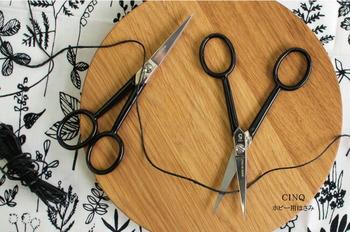 イタリア生まれのスマートなホビー用はさみ。その佇まいもさることながら、細い刃先は細かなものも切りやすく便利です。紙や糸、紐などの、クラフト系の作業に役立ちます。