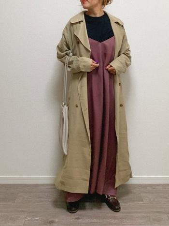 女性らしいキャミソールワンピースにトレンチコートを掛け合わせた甘辛スタイル。歩くたびにふわりと舞うワンピースとトレンチコートの裾が、優美なシルエットを作り出します。