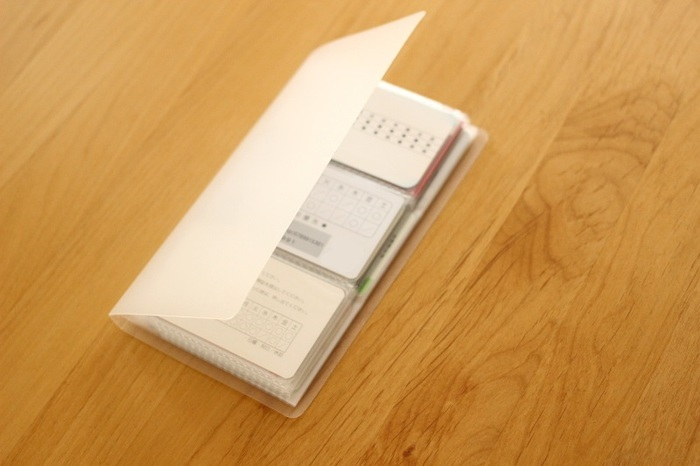 無印のカードホルダーは、カード類をひとまとめに収納できる優れもの。とにかくシンプルで収納力のあるものが欲しい、という方におすすめです。ポケットは名刺がちょうど入る大きさ。