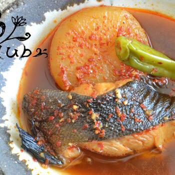 煮魚のタレに、ニンニクと粉唐辛子を入れるだけで、ピリ辛の韓国風に。すき焼きの残ったタレでもOKです。魚のうまみが大根にもしみて深い味です。