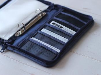 無印のパスポートケースは左右にポケットがいくつもあり、真ん中にはクリアポケットまで付いて収納力抜群!メッシュ素材のポケットには診察券がぴったり。