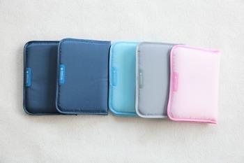 こちらはダイソーのお薬手帳ケース。色が4種類あるので、家族それぞれが色違いで使うのもおすすめ。中は大きなポケットとカードポケットが2つずつ付いています。