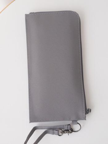 こちらのパスポートケースは、ポケットがたくさんあってたっぷり入るのに驚くほどスリム!旅行の時だけでなく、カード類や診察券、文房具など多種多様なものの収納に便利です。