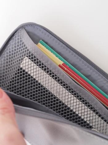 横長のポケットは通帳を入れるのにぴったり。カード用のポケットやファスナー付きポケットもあるので、クレジットカードや現金の管理に重宝します。