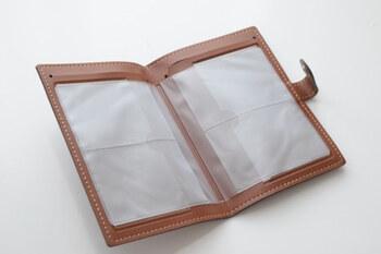 ぱかっとボタンを開けると透明なカードホルダーが4枚。その後ろには通帳を入れられるスペースが2箇所あります。シンプルな構成で、中身を把握しやすいのが嬉しい♪