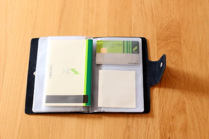 コンパクトながら、ポケットが10ページ付いていてたくさん入るケース。カードやメモ、通帳を入れられて、見やすく分かりやすい収納が叶いますよ。通帳を一冊ずつ収納すると、磁気不良を防げます。