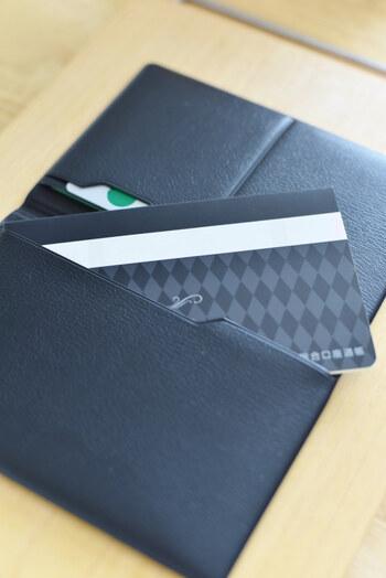 中はポケットがいくつかあり、カードが2枚と通帳が3枚入ります。ケースのサイズは10.6cm×15.6cm。スマートに持ち運べる上質なケースが欲しい、という方におすすめですよ♪