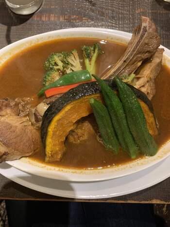 牛骨、鶏ガラ、各種野菜や果物などをじっくり煮込み、スパイスを加えたあとにも時間をかけて仕上げるスープはここでしか味わえない味。北海道産スペアリブは、レギュラー(150g)でもお皿からはみ出しそうなボリューム感。280gのラージサイズもあります!