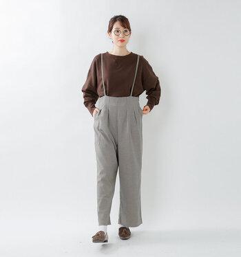 ブラウンのスウェットトップスに、グレーのサスペンダー付きパンツを合わせたコーディネート。カジュアルになりがちなスウェットトップスを、キレイめ感のあるハイウエストパンツにタックインして、女性らしく着こなしています。