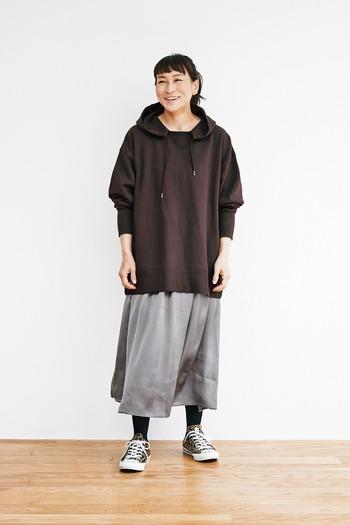 ブラウンのフーディーに、グレーのスカートを合わせたコーディネートです。足元もスニーカーで全体的にカジュアルな組み合わせですが、ブラウン×グレーの落ち着きカラーが大人っぽく見せてくれます。