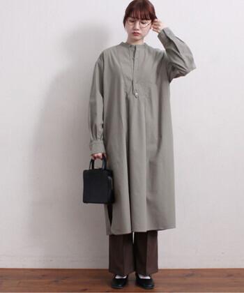 グレーのシャツワンピースに、ブラウンのワイドパンツを合わせたスタイリング。センタ―プレス入りのパンツをチョイスすることで、今っぽさ抜群のレイヤードコーデの中にも、きちんと感を演出できます。黒のハンドバッグとフラットシューズで、さらにきちんと感をアップ。