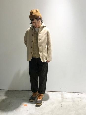 ベージュ&ブラウンで柔らかくまとめたコーディネート。暖かさそうなウールジャケットのインナーにダウンベストの控えめな光沢感がアクセントに。素材が持つ個性が着こなしに奥行きを与えています。