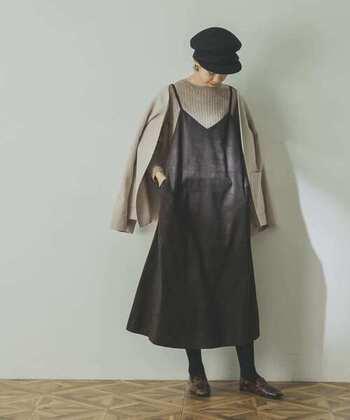 ブラウンのフェイクスウェードキャミワンピースに、グレーのトップスを重ねたスタイリング。ベージュのジャケットを羽織って、ガーリーになり過ぎないコーディネートに仕上げています。ベレー帽やローファーで、ちょっぴりクラシカルなテイストをプラスしているのもポイントです。