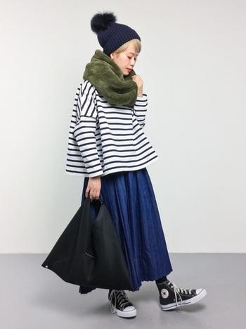 ボーダートップスにデニムスカートを合わせた、定番のナチュラルコーデ。黒のニット帽とスニーカーでとことんカジュアルにまとめつつ、グリーンのネックウォーマーでトレンド感と季節感をプラスしています。秋にはこのスタイルで、冬にはその上にアウターを羽織ってもOK。