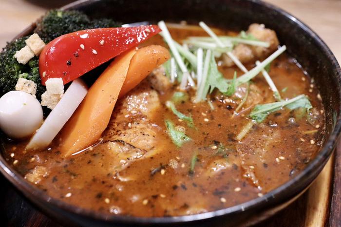行列が絶えない人気店のひとつ「GARAKU」。北海道出身の俳優・大泉洋さんがTV番組でお店を訪れ、その味を絶賛したことでも話題になりました。おいしさのポイントは、和風出汁とスパイスをきかせた、コクと旨味、香りがあふれるスープ。