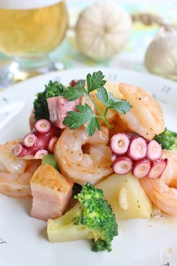 こちらのアヒージョ風レシピは、プリッとしたエビやタコの食感と、アーリオ・オーリオソースが絡んだほくほくの野菜との相性が抜群!!普段の副菜にはもちろん、お酒のおつまみにもぴったりです。 調理の際は、タコを加熱しすぎないように気をつけてくださいね。