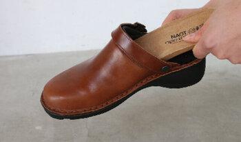 足裏全体に吸い付くようなフィット感のインソールは、一度履くと忘れられない感覚。足裏にじかに触れる面は優しい肌触りのスエード革、裏面には全体にコルクの微粒子を使用しています。吸湿発散性に優れているので、汗や臭いがこもりがちな靴の中をいつも快適に保ってくれます。