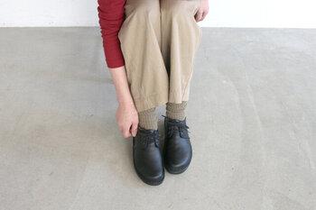 1942年から70年以上続く、イスラエル発の革靴ブランド「NAOT(ナオト)」。ヘブライ語で「オアシス」を意味するナオトの靴は、まるで砂の上を素足で歩くかのようなやさしい履き心地です。年を重ねるごとにふかふかのインソールは足裏に馴染んでいき、革の風合いも個性豊かに育っていきます。