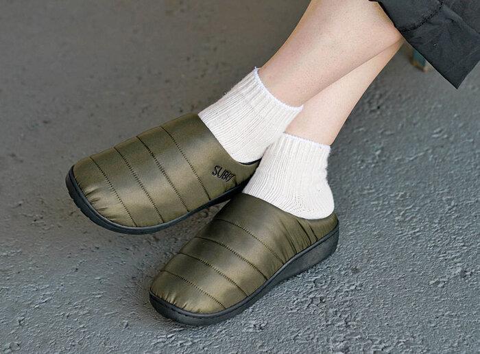 ダウンのようなスポーティーな見た目と暖かさで人気の「SUBU(スブ)」サンダル。履き口に刺しゅうされたロゴがポイント。
