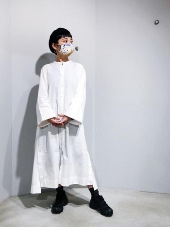 シンプルなモノトーンコーデには、柄マスクがワンポイントになり好相性!お気に入りの柄マスクを楽しむために、あえて服装をシンプルにまとめるのもアリですね。