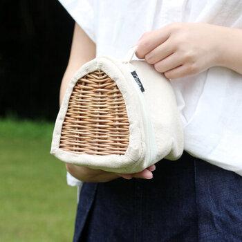 内布は保冷機能付きで、ファスナーはダブルジップ仕様。おにぎりケースもそのまま入るサイズ感で、ループに指を通して片手で気軽に持ち運べます。