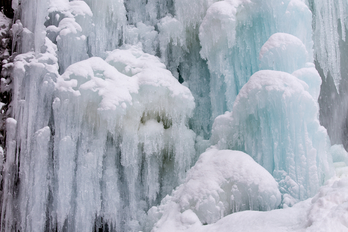夏は涼感を与えてくれる滝が、冬に氷瀑へと変化を遂げる様は、まさに大自然と極寒の気候が織りなす氷の芸術の産物ともいえます。