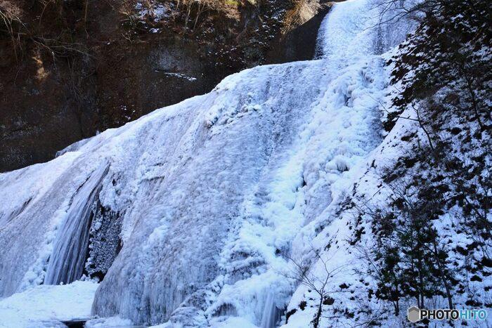 凍てつく寒さに耐えながら、じっくりと氷瀑を観察してみましょう。よく見ると、氷の形が、滝がしぶきを散らすそのままの姿のまま凍り付いていることが分かり、圧倒的な迫力を感じ取ることができます。