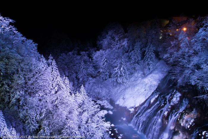 白ひげの滝は、氷瀑を見ることができる期間になると、夜間のライトアップが施されます。漆黒の世闇を背景に、凍り付いた滝が浮かび上がる様は神秘的で、日中とは異なる雰囲気を味わうことができます。