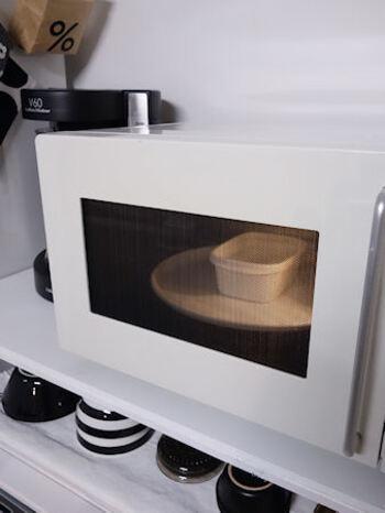 耐熱容器に重曹またはセスキ大さじ1と水200mlを入れ、混ぜて溶かしたら、電子レンジの500wで4分ほど加熱します。この時、容器にふたはしないようにしましょう。