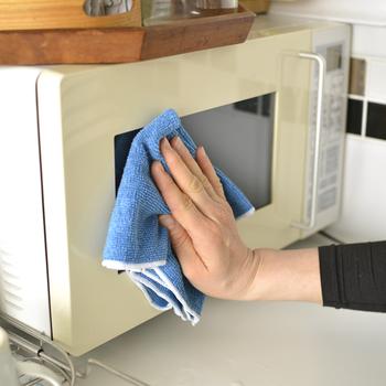 庫内がきれいになったら、外側の掃除も忘れずに。べたついた油汚れがある場合は、重曹スプレーを布巾に吹きつけて拭き取ります。仕上げに水拭きするのを忘れずに。 ほかに、アルコールスプレーを使うのもおすすめです。油汚れを落とせるほか、取っ手やボタン部分の除菌にもなりますよ。