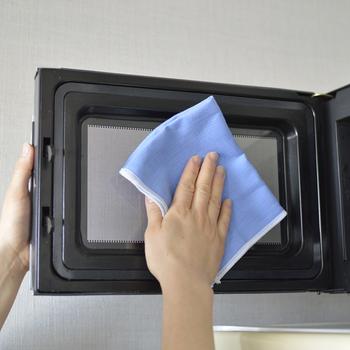 扉を開けて、庫内を拭いていきます。火傷に注意しながら、布巾やキッチンペーパーなどに加熱した重曹水やセスキ水をつけて、汚れを拭き取りましょう。天井部分や扉の内側も忘れずに!最後に水拭き・乾拭きをして洗剤残りがないようにしましょう。