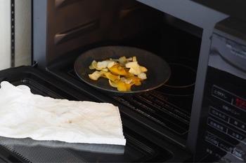 耐熱容器に入れた水にレモン半分を絞り、皮も容器に入れます。料理やお菓子作りに使った皮やヘタを活用するのもいいでしょう。重曹やクエン酸と同じように加熱し、10分ほど放置します。布巾やキッチンペーパーで拭き取り、汚れがひどいところはレモンの皮で直接こするのがおすすめです。