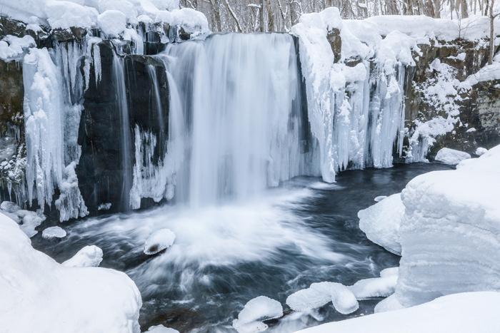 奥入瀬渓流は、青森県十和田市の十和田湖から北東を流れる約14キロメートルにわたる奥入瀬川にかかる渓流です。ここは、十和田八幡平国定公園の一部に属しており、国の特別名勝、天然記念物に指定されています。