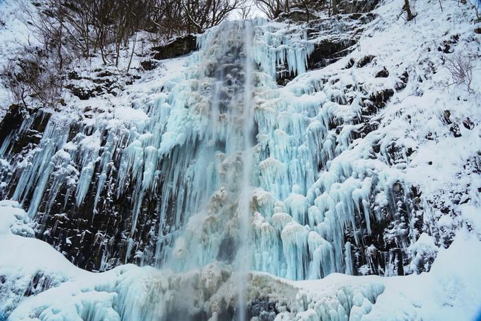 玉簾の滝は、約1200年前に、真言宗の開祖者である弘法大師が発見し、命名したと言われる山形県随一の直瀑の滝です。グリーンシーズンは、マイナスイオンスポットとして人気を集めている玉簾の滝ですが、冬になると氷瀑となることでも知られています。