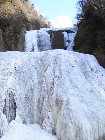 袋田の滝は、華厳滝、那智滝と共に、日本三大名瀑の一つに数えられている滝で、日本の滝百選にも選定されています。