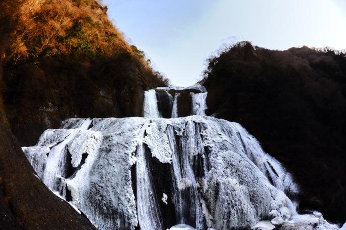 落差120メートル、滝幅73メートルの袋田の滝が氷結する様は圧巻で、迫力満点です。