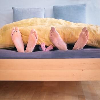 マットレス売り場に行くとまとめて試せることが多いと思うので、いくつか寝転んでみると「心地よい」と感じる硬さのイメージがつかめると思います。旦那様と奥様では好みの硬さが違う事も良くなることなので、パートナーと一緒に寝られる方は必ず二人で選んでくださいね。