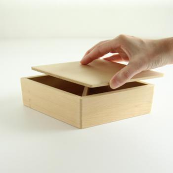 おにぎりのために作られた、その名も「おにぎり箱」。アスナロを使用しているため、ヒノキのような香りが楽しめます。