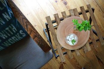 セリアの角材とすのこで作るサイドテーブル。角材で折りたたみできる脚を作り、すのこを天板として使っています。塗装することで深い色合いに。コンパクトなので、公園やキャンプに気軽に持っていけますよ。
