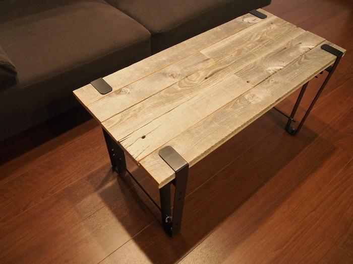 noashのローテーブル用の脚を使ったコーヒーテーブル。天板を用意したら、脚を固定していくだけで完成!こういったアイテムを使うと、初めてでも簡単に作れそうですね。